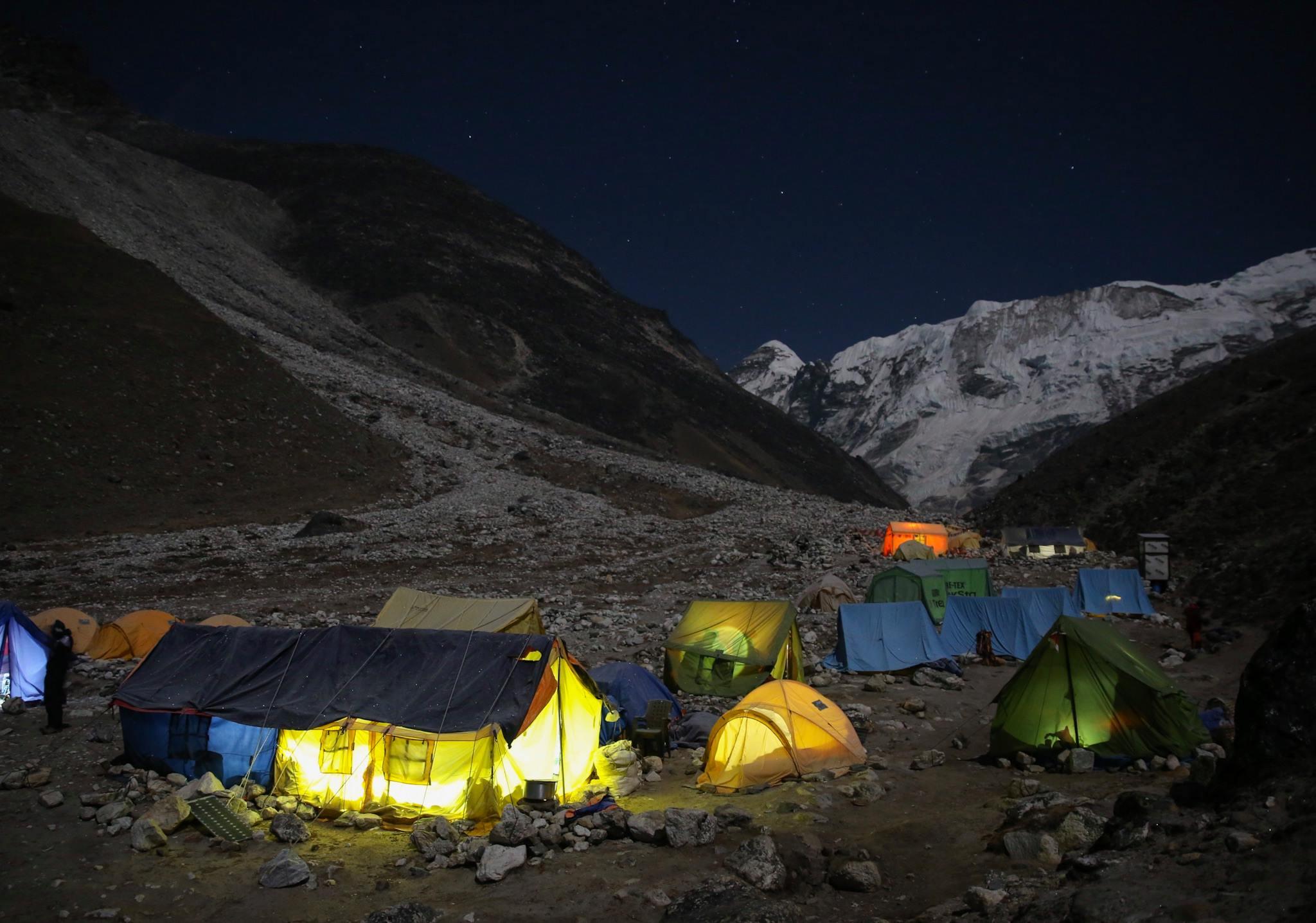 Az Island Peak alaptábora éjjel Forrás: MEE/Mohai Balázs