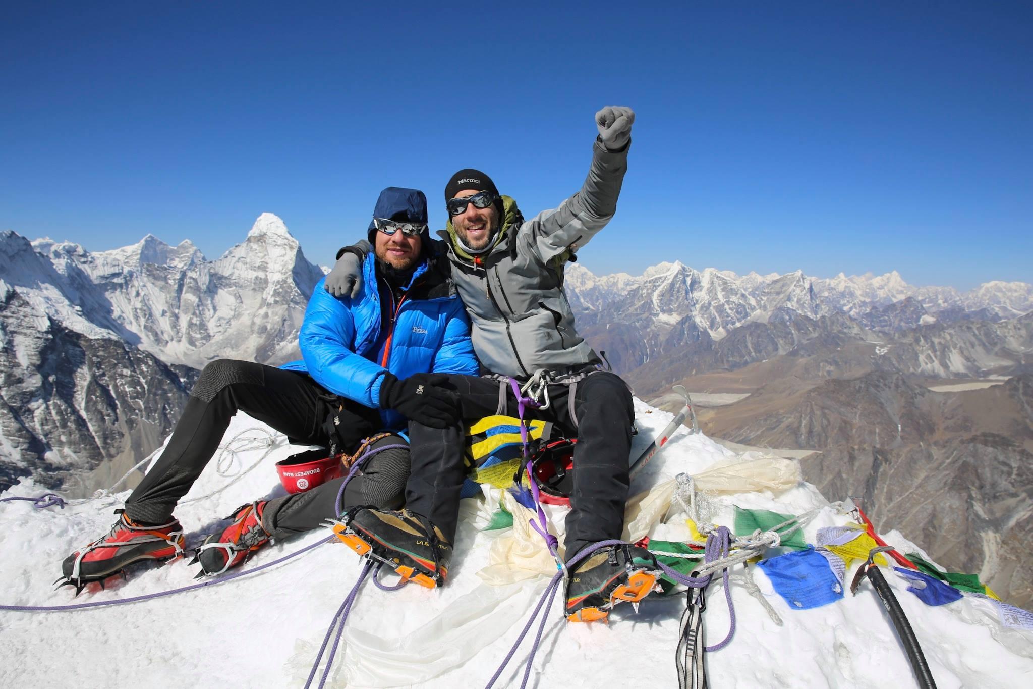 Száraz Dénes és Mohai Balázs az Island Peak csúcsán Forrás: MEE/Mohai Balázs/Phurba Namgyal Serpa