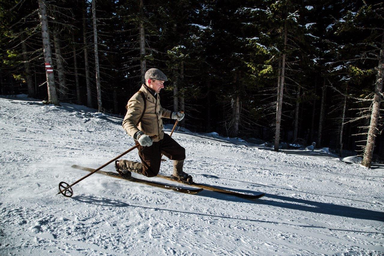 Telemark sí korhű ötlözetben Forrás: NostalSkiTeam Mürzzuschlag (c) nixxipixx.com