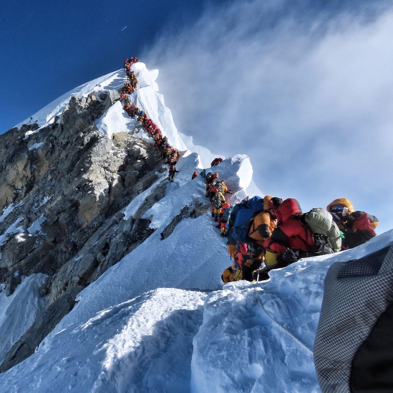 Sorban állás az Everesten Forrás: Nirmal Purja Facebook