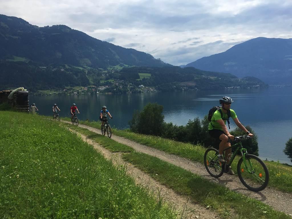 A kerékpárútról remek a kilátás a tóra Forrás: www.mozgasvilag.hu