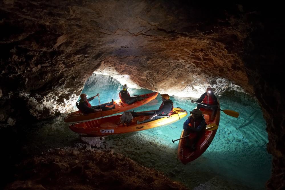 Kajakozás 800 m mélyen. Forrás: www.koroska.si