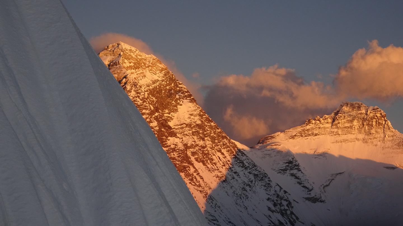 Az Everest és a Lhoce a lenyugvó nap fényében a Pumori déli faláról Forrás: Török Zsolt