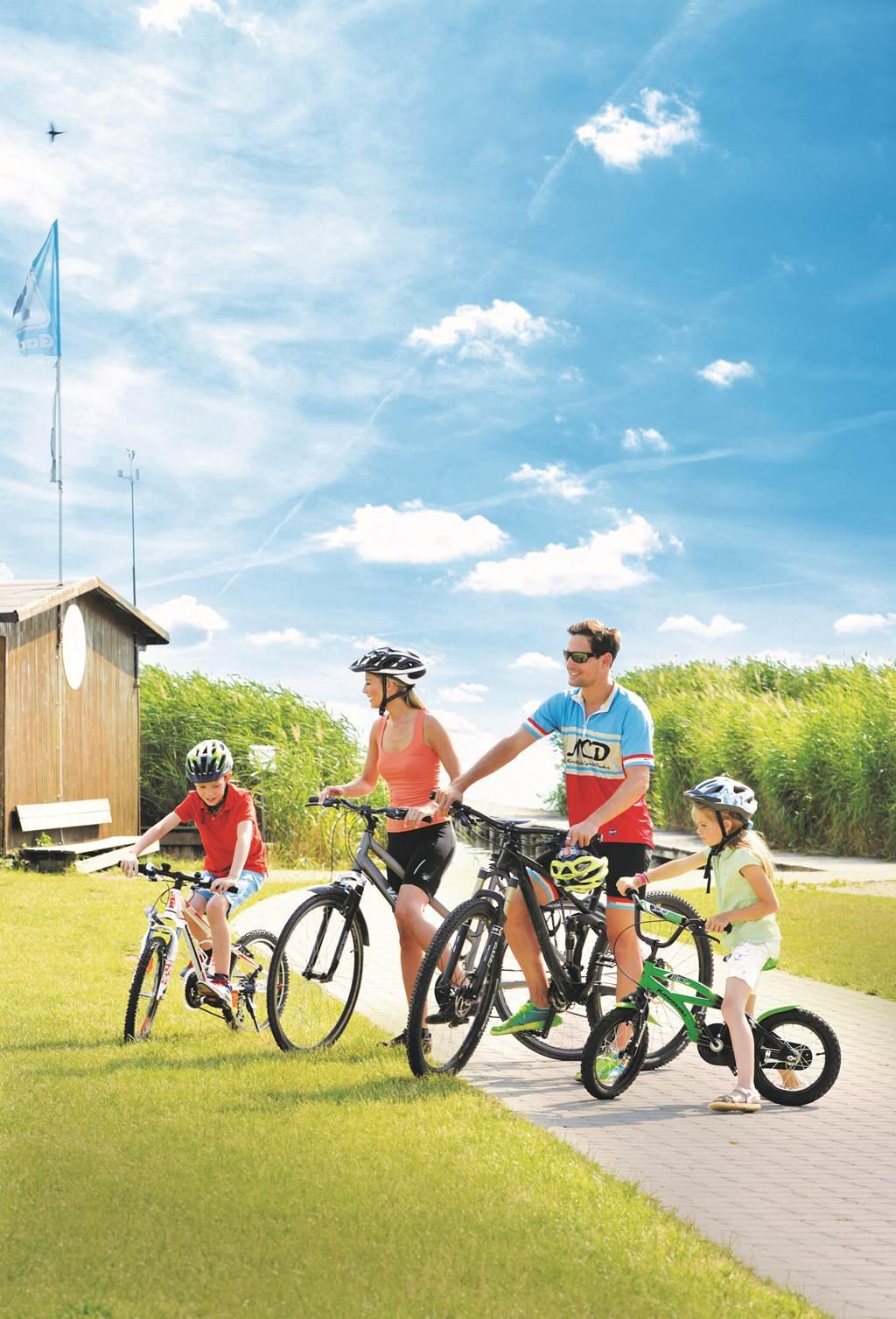 Kerékpározás a majd 1000 km-es kerékpárút hálózaton Forrás: (c) NTG/steve.haider.com