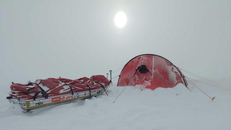 Éjszakára a sátor nyújt védelmet a széltől, és ha a nap süt, akkor a hidegtől is Forrás: Magyar Déli-sark Expedíció