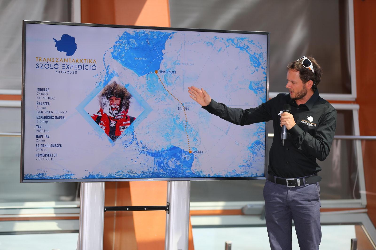 Rakonczay Gábor a sajtó számára mutatja be a terveket Forrás: Transzantarktika expedíció 2019-20