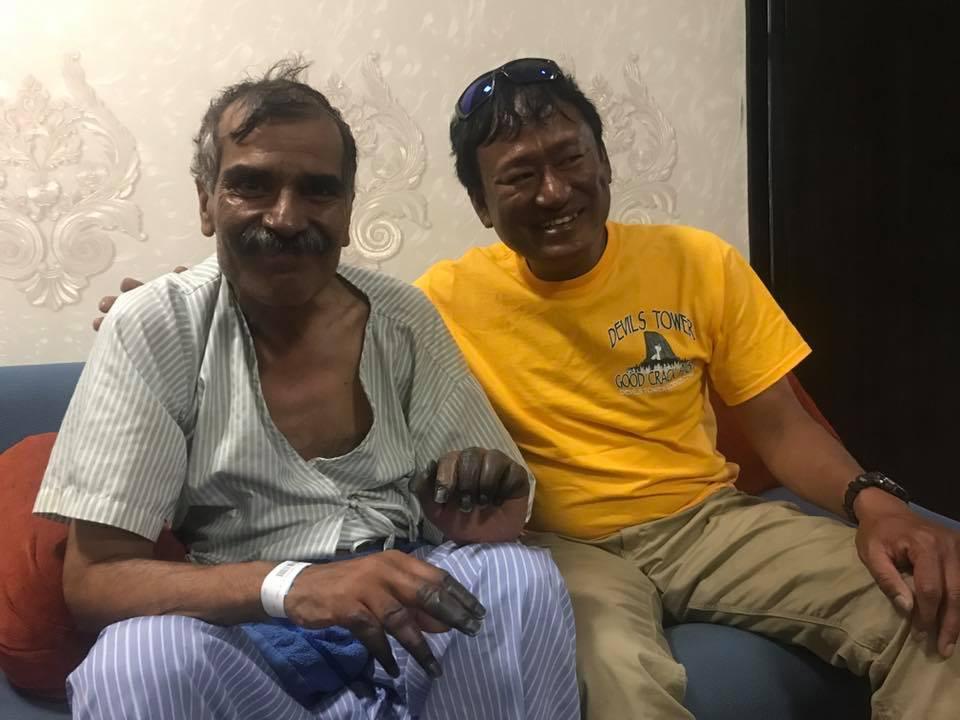 Abdul Jabbar Bhatti, a pakisztáni kliens a megmentőivel: Ang Tshering Lama, Nima Gyalzen Sherpa, Jangbu Ang, Mingma Chhiri Sherpa, Pema Chirring Sherpa Forrás: Temba Tsheri Sherpa Facebook