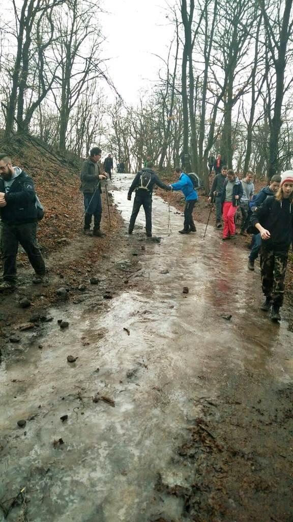 A túra alatt töbször is jeges-csúszós átfolyással kellett számolni Forrás: www.mozgasvilag.hu