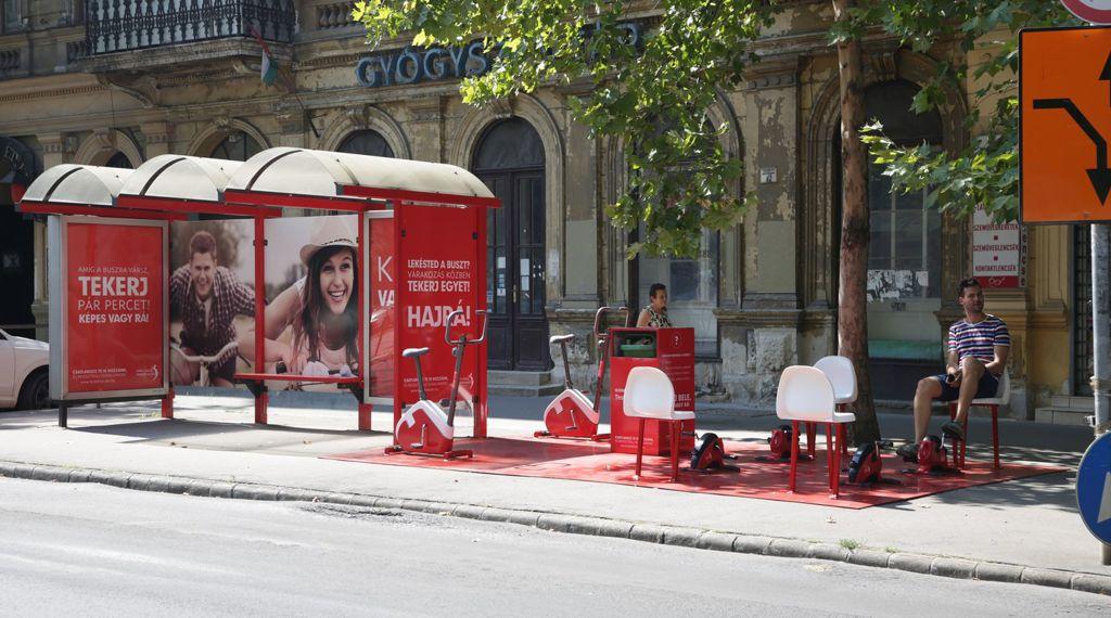 Testébresztő Buszmegálló Forrás: Uniomedia Kommunikációs Zrt.