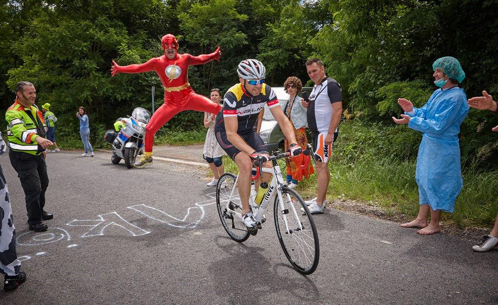 Tour-de-Zalakaros-2016-szurkolok-a-palyan.jpg