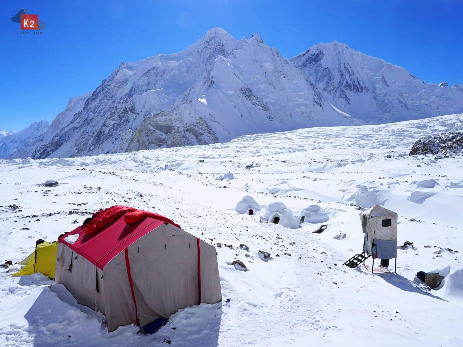 K2 alaptábori csendélet árnyékszékkel Forrás: Alex Txikón Facebook