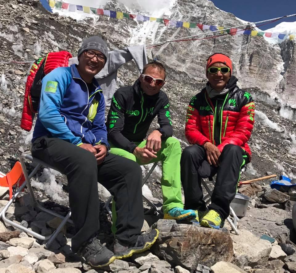 Phurba, a Magyar Everest expedíció vezető serpája Uelival és Tenji serpával az alaptáborban Forrás: Phurba Namgyal Serpa Facebook