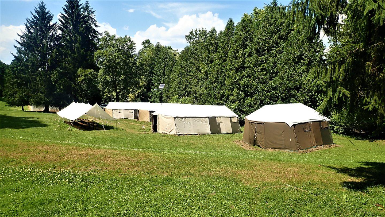 A Hubertlaki turistaház kiegészítő katonai sátorszállásai Forrás: Nyáry Tamás