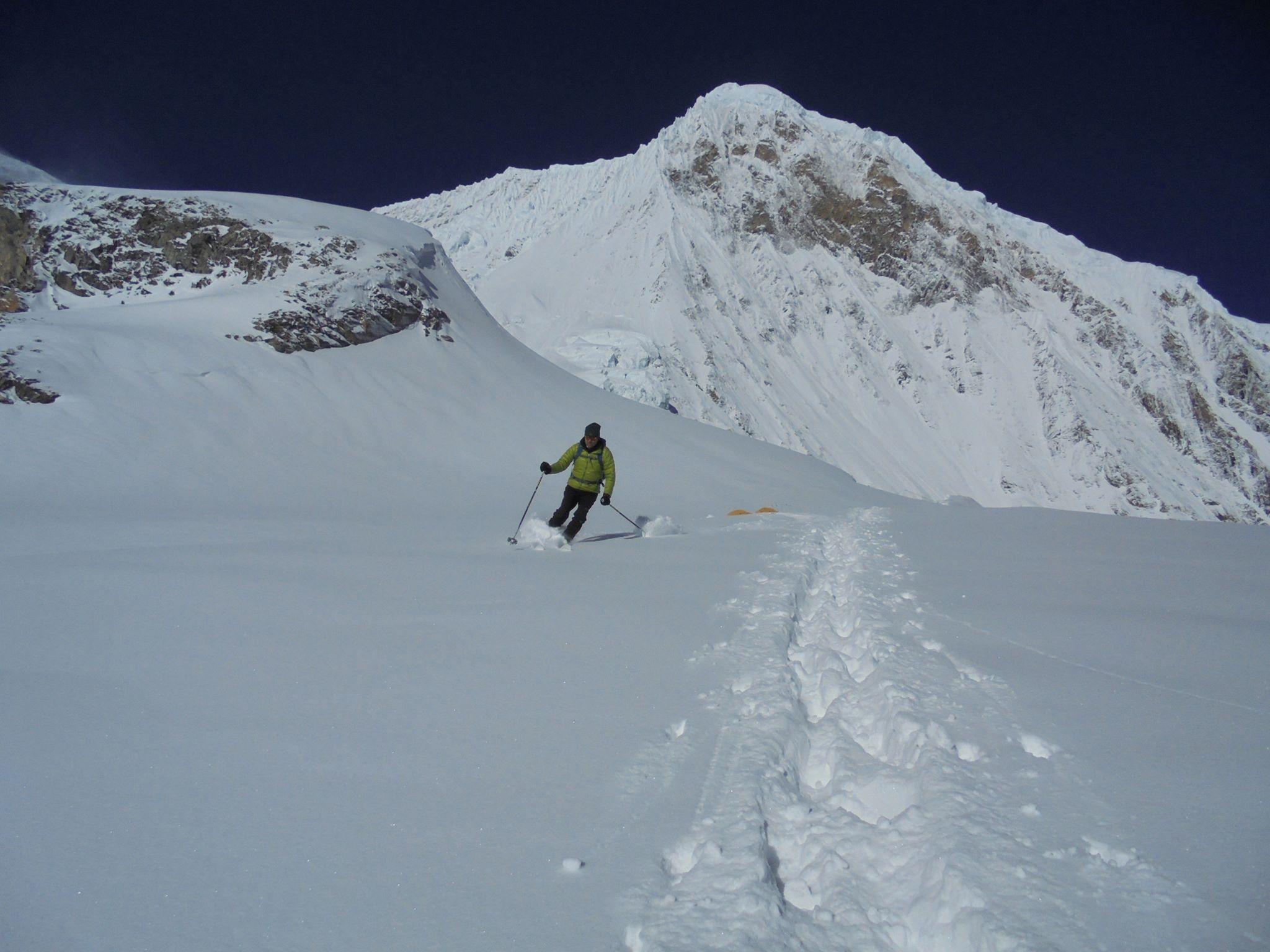 Egy himalájai hegyóriás érintetlen porhavas lejtőjén útban az alaptáborhoz (Manaszlu) Forrás: Wetzl Péter