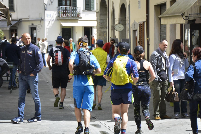 Bevonulás Bagni di Romagna főterére Forrás: Soulrunning.it