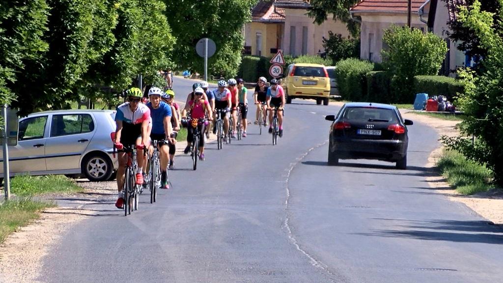 A jótékony célokat támogató eseményen a résztvevők 8 nap alatt 1913 km-t kerékpároztak! Forrás: Decathlon