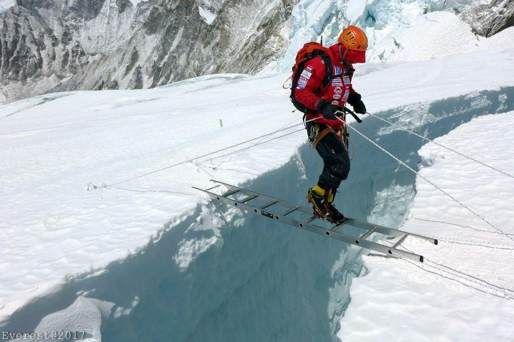 Átkelés a gleccserhasadékon a Khumbu-gleccseren Forrás: Magyar Everest Expedíció 2017 - Suhajda Szilárd