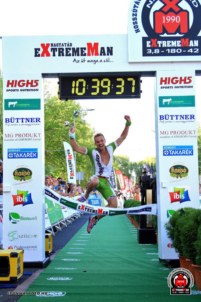 Célkapun átugrásra mindig marad erő... Forrás: Ironmanfoto.hu