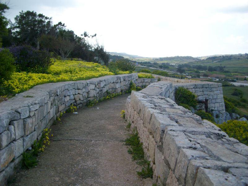 A Mostai erőd kőfala, Victoria Lines útvonal Forrás: Victoria Lines Malta