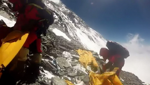 A mászók sátraik romjai közül próbálják menteni a menthetőt Forrás: George Kashouh
