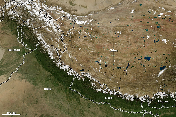A Himalája űrfelvételen, a méreteket a berajzolt országhatárok érzékeltetik Forrás: NASA