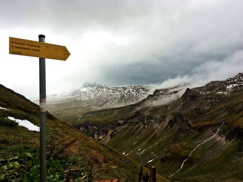 Túraútvonalat jelző tábla a panorámaút mellett Forrás: Mozgásvilág.hu