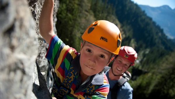 Gyermekek a klettersteigon Forrás: familienbauernhof.info