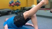 Csípőemelés lábnyújtással | www.mozgasvilag.hu