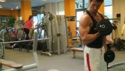 Bicepszhajlítás állva egykezes súlyzóval | www.mozgasvilag.hu