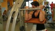 Bicepszhajlítás padon géppel | www.mozgasvilag.hu