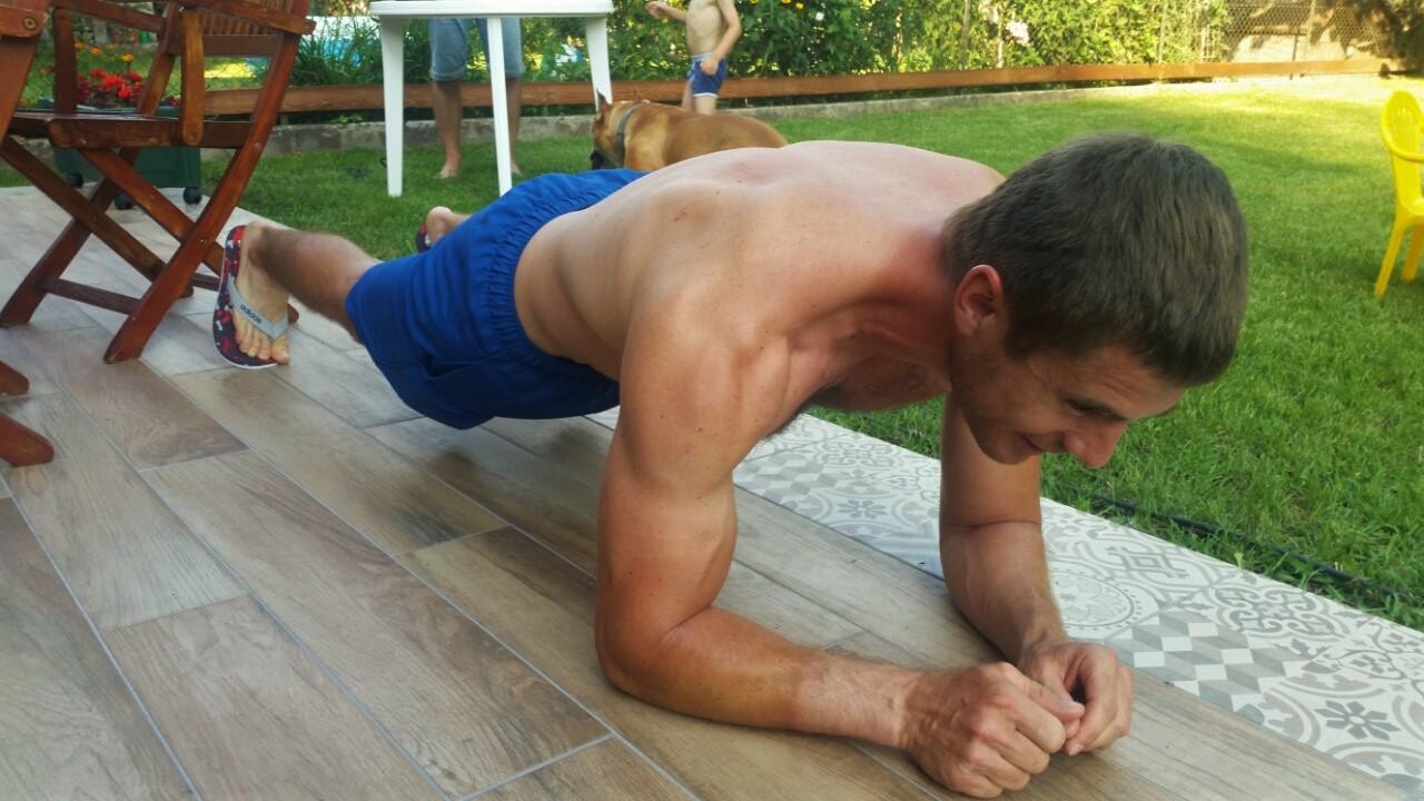 Mike Róbert bárhol, bármikor lenyom egy kis plank-et Forrás: Fodor Szabolcs