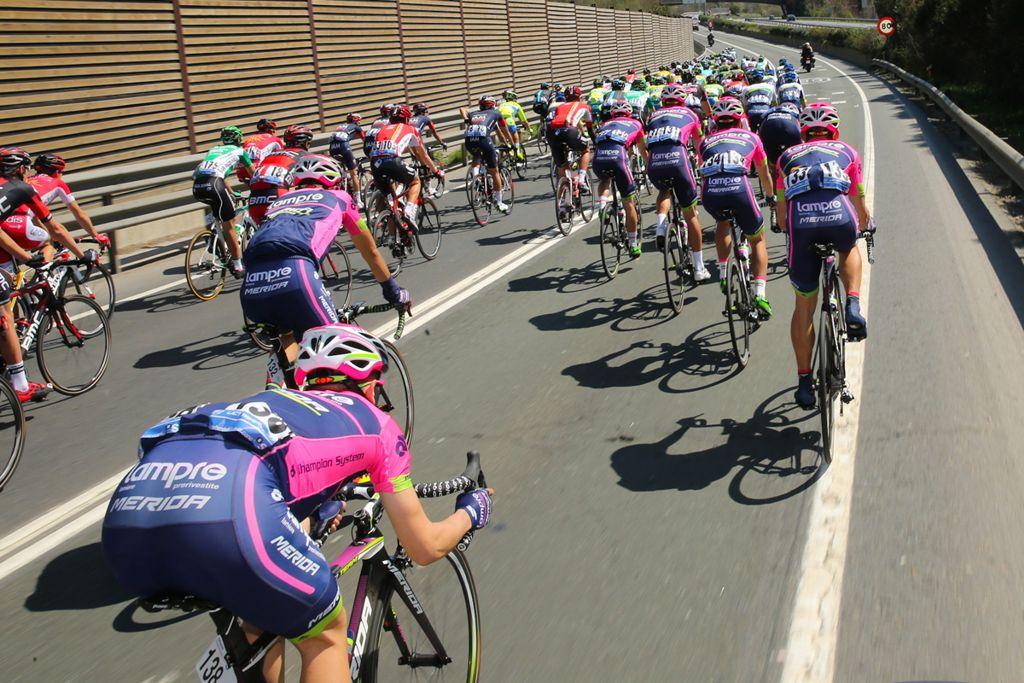 Hatalmas sebesség, hatalmas tömeg Forrás: BikeFun.hu