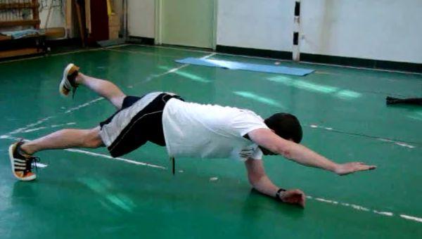 Plank ellentétes láb-kar nyújtással
