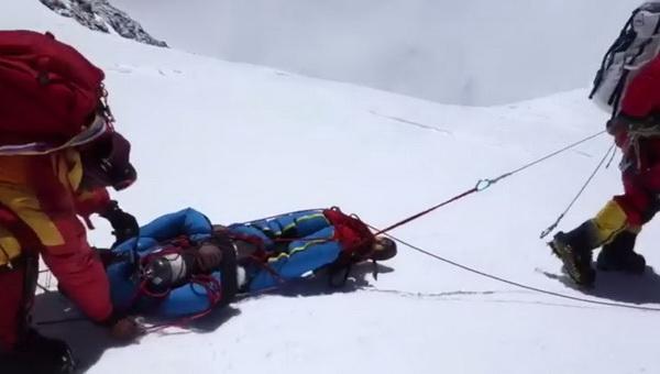 Mentés az Everesten Forrás: Mingma Gyalje Serpa Facebook