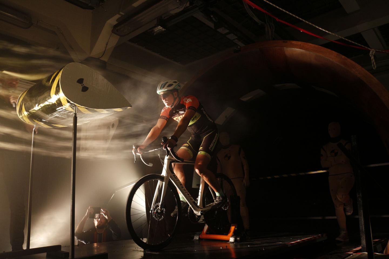 Szélcsatornás országúti kerékpár tesztelés Forrás: Mozgásvilág.hu