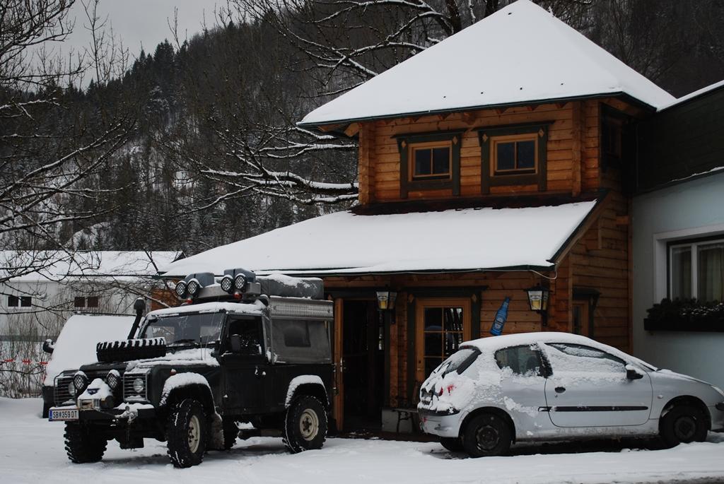Saját Hütte a bejárat mellett ForrĂĄs: Hegyisport.com-Áron