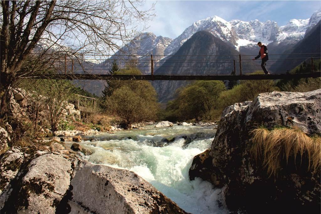 Túrázás a Soca völgyében, háttérben a Júliai Alpok vonulata Forrás: Sport in Turizem
