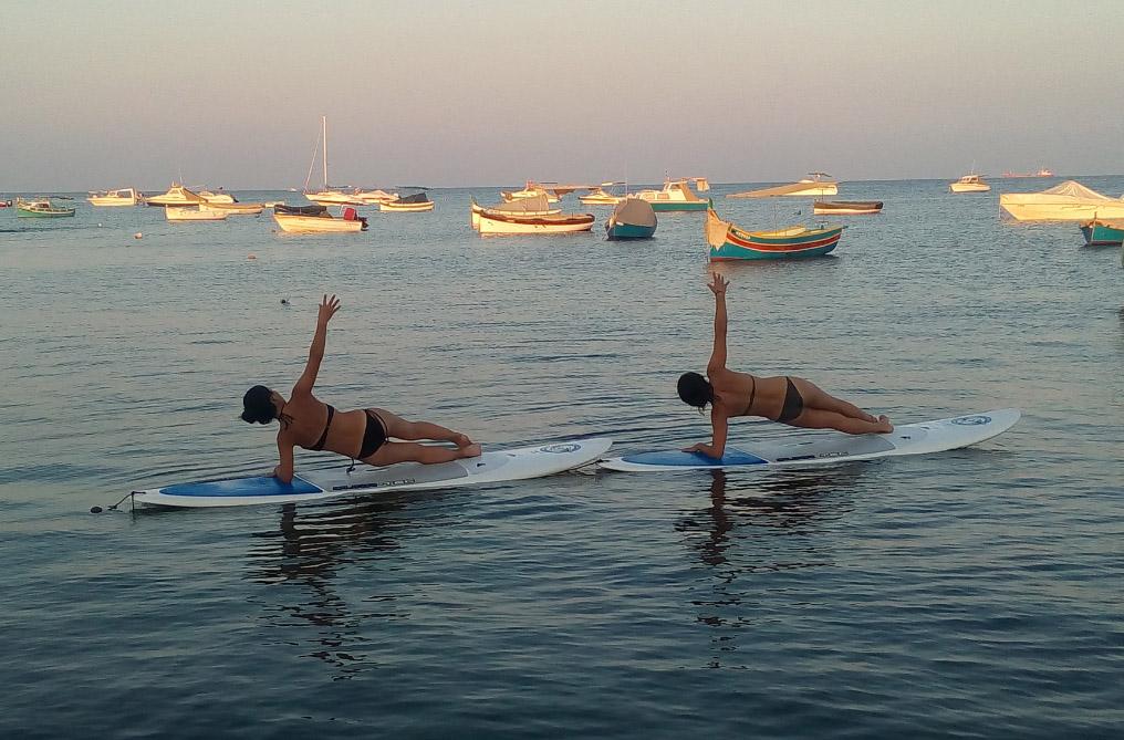 SUP jóga Máltán Forrás: (c) surfingmalta.com